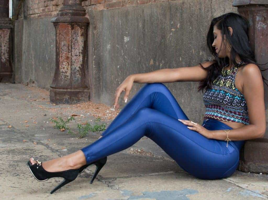 Woman wearing a pair of stylish blue leggings